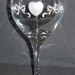 etched wine glass with heart and ribbons design